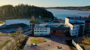 Vihdin kirkonkylällä oleva uusi koulukeskus, taustalla järvi