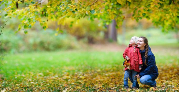 Äiti ja lapsi syksyisessä puistossa