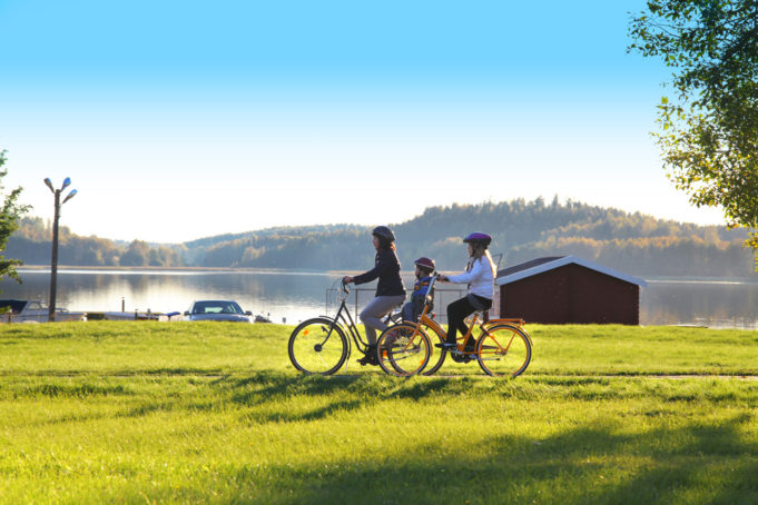 Pyöräilevä perhe