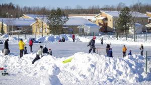 Lapset leikkivät lumessa, kuva: Joenrinne Films