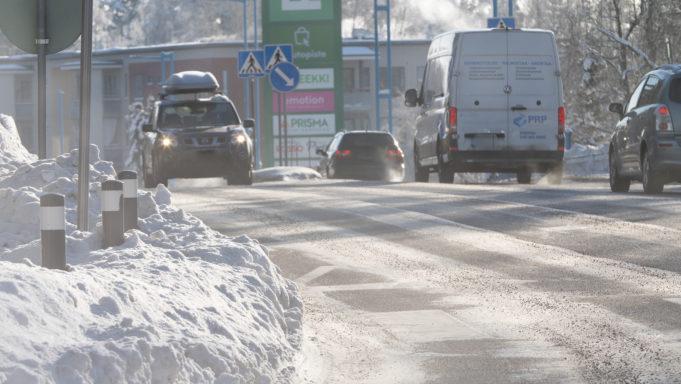 Autoja liikenteessä, kuva: Joenrinne Films