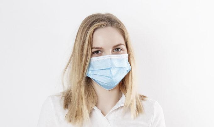 Nainen maskissa