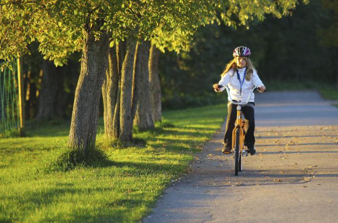 Lapsi ja äiti pyöräilevät