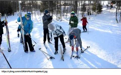 Oppilaat hiihtämässä